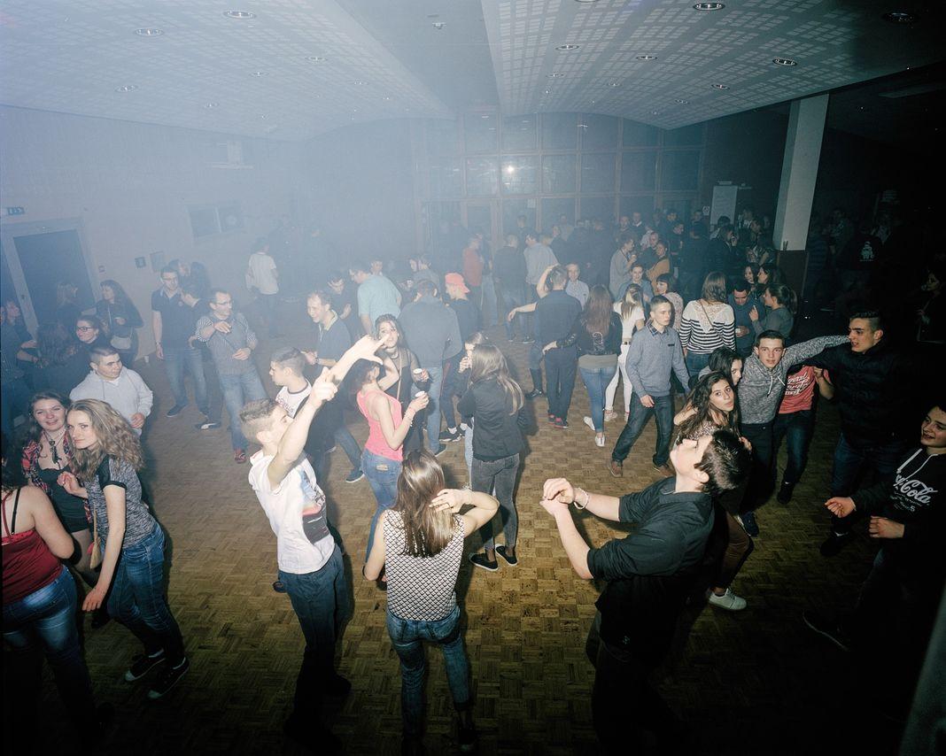 Le vendredi soir, ados et jeunes aldultes de tous les hameaux se réunissent au stade de Châteauneuf-de-Randon. Les soirs de bal, c'est le bar Chez Viviane (photo), à Grandrieu, qui ne désemplit pas.